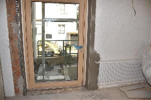 Baufortschritt nach einem Jahr - Verbreiterte Notausgangstüre